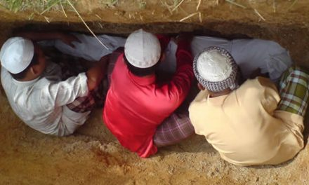 Doa Menurunkan Jenazah ke Liang Kubur